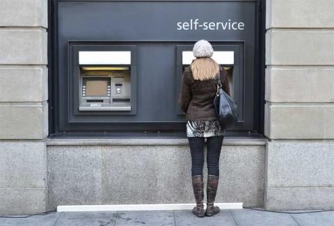 Self-service banking - photo: Capricorn Studios on Shutterstock.com
