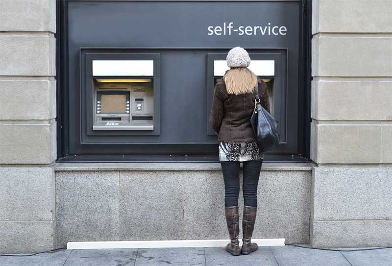 Self-service banking - photo: Capricorn Studios on Shutterstock.com