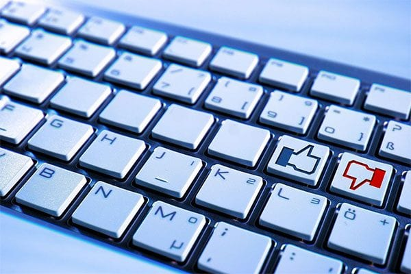 Yes/no (thumbs up and down) on a computer keyboard - photo: Pixabay.com