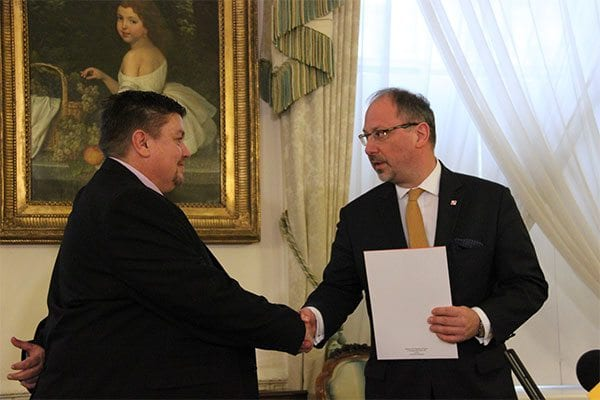 Ambassador Arkady Rzegocki thanks trucker Dave Duncan - photo: Polish Embassy UK