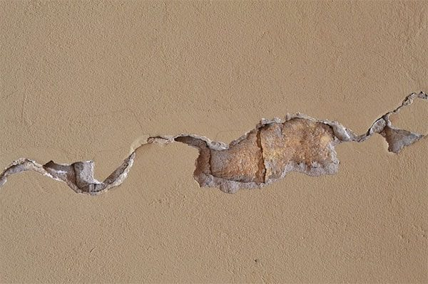 Crack in the wall - disruption - photo: Pixabay