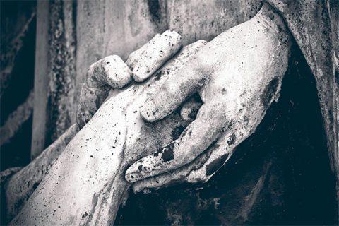 Statue - hands holding - image: Pixabay