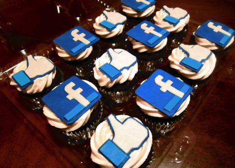 Facebook cupcakes - photo: Atomic Tangerine Kitchen