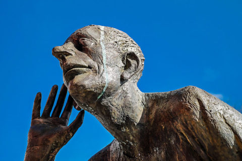 Sculpture of man listening - photo: Pixabay