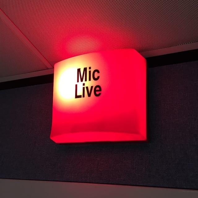 Mic Live sign