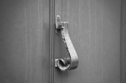 Door knocker - photo: Pixabay