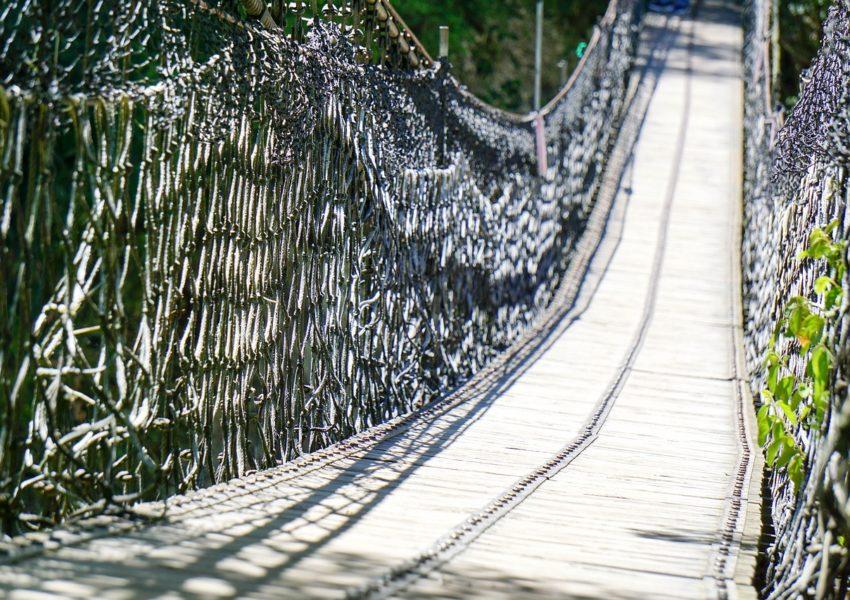 Rope bridge high across a chasm - photo: Pixabay.com