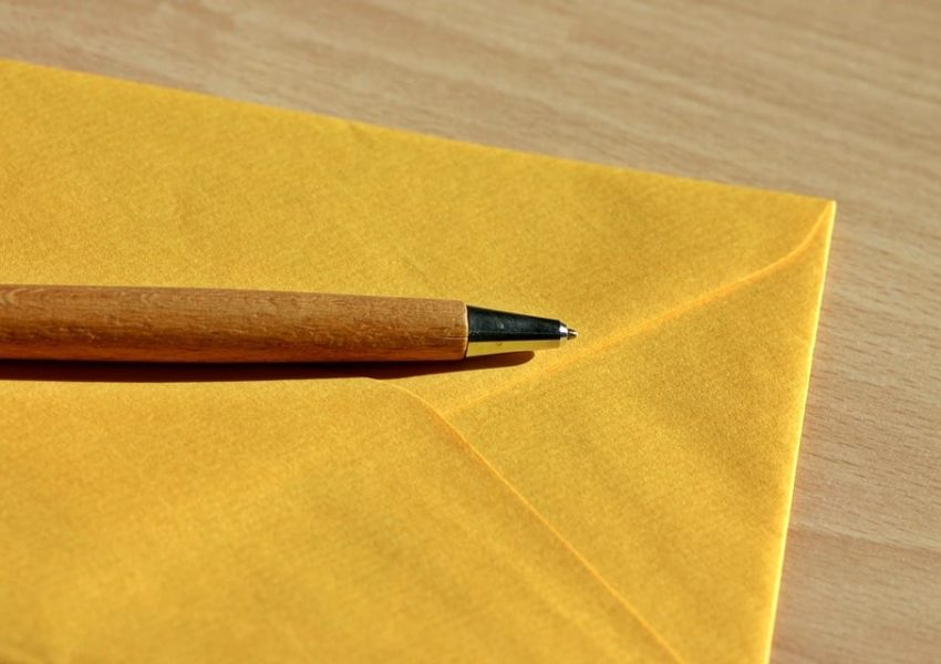 Yellow envelope and pen - photo: Pixabay.com