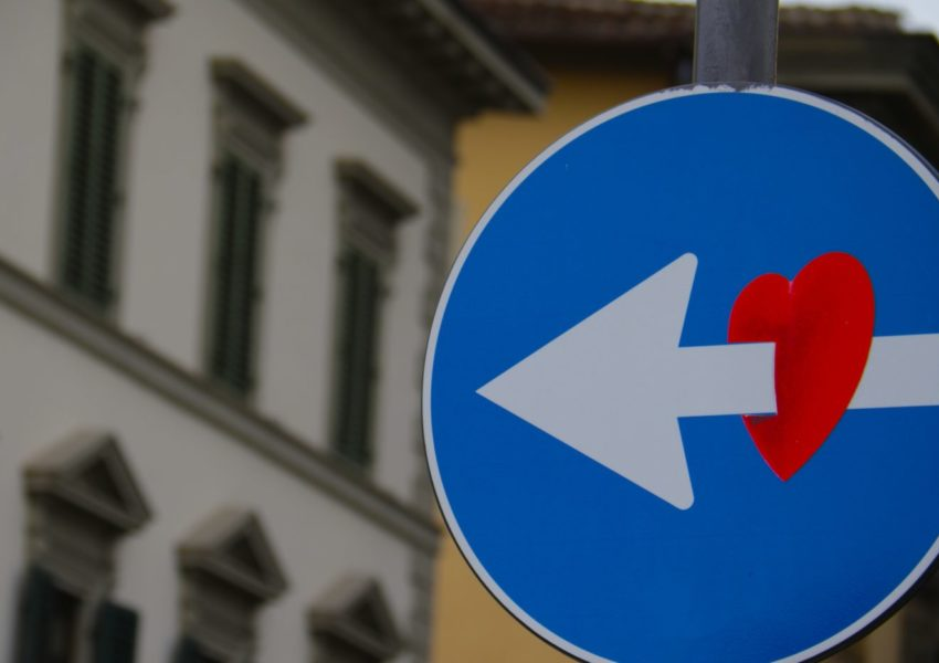 One way road sign with red heart - photo: Unsplash