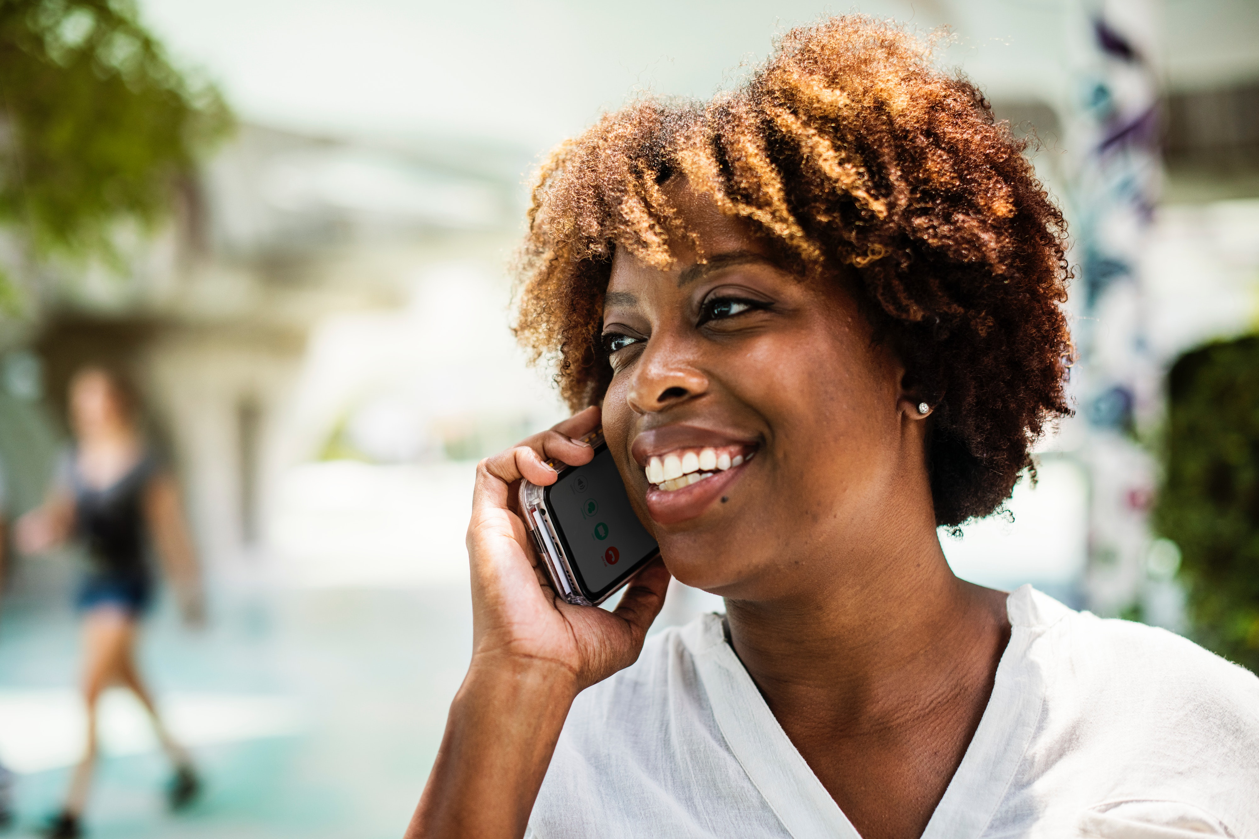 Smiling woman on the phone - photo: Pixabay