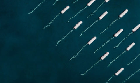 Tampons with strings on a blue background - photo: Unsplash