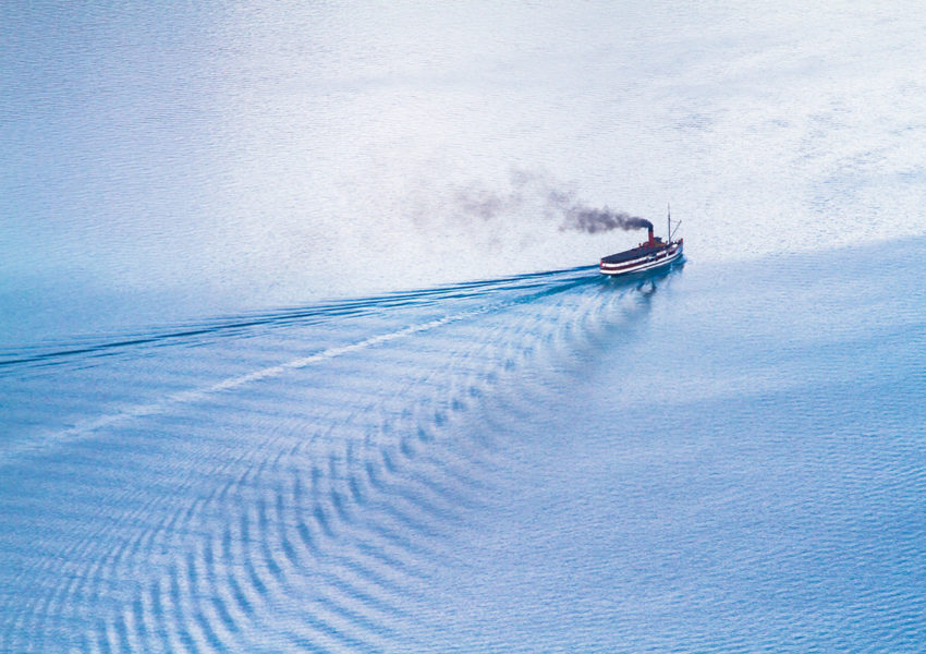 Steamship leaving a wave - photo: Unsplash