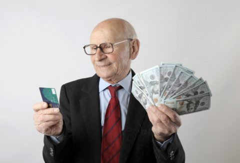 Old man with credit card and cash - photo: Pexels