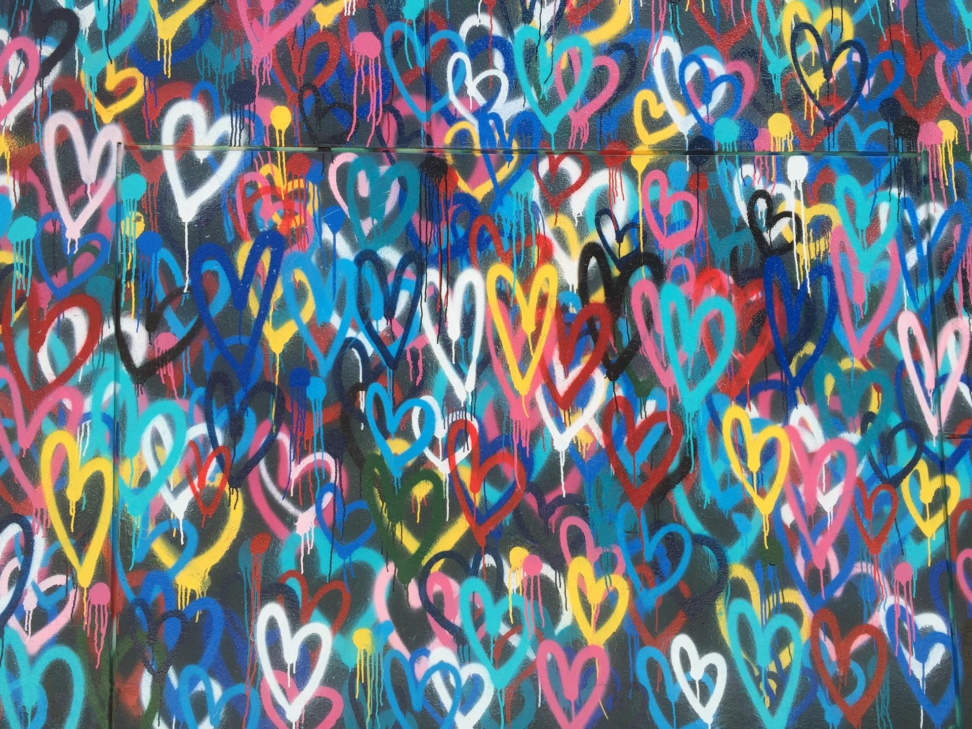Multi-coloured love hearts - graffiti on a wall - photo: Unsplash
