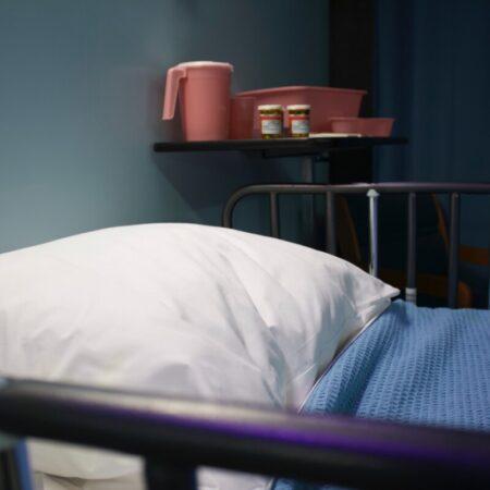 Empty hospital bed - photo: Unsplash