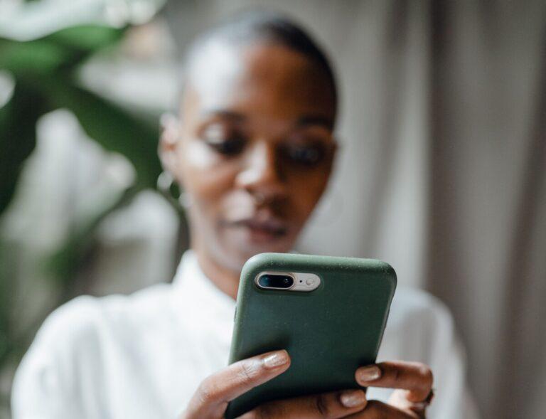 Black woman texting. Photo: Pexels.com